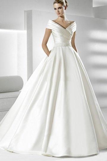 Robe de mariée en satin décolletée en V avec applique