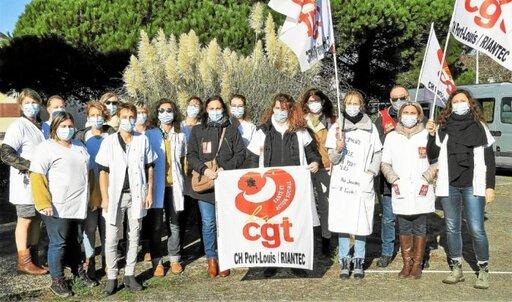 Rassemblées devant un bosquet de plumeaux sur le terrain de l'hôpital de Port-Louis, les infirmières du Ssiad estiment qu'elles se font «plumées».