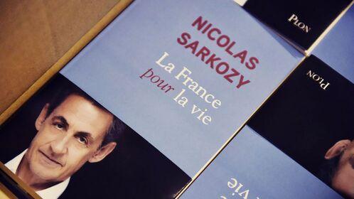 Sarkozy écrit un livre mais a du mal à tourner la page…