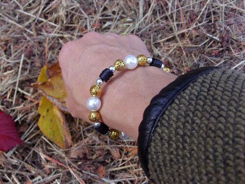 Bracelet pailleté avec ses perles de culture fantaisie, de couleur or et argentées