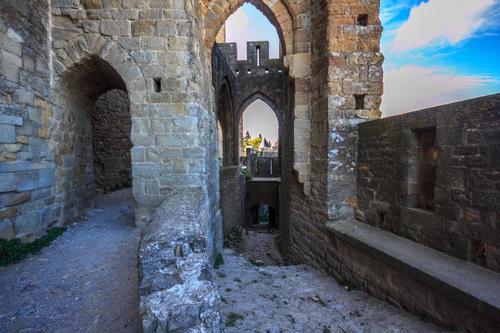 ouvrage complexe qui réunit la muraille exterieur et la courtine interieur tout en défendant une entrée