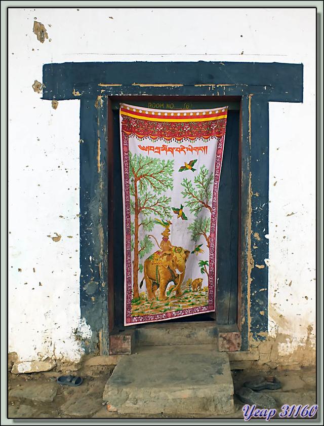 """Blog de images-du-pays-des-ours : Images du Pays des Ours (et d'ailleurs ...), Moinillons devant leur chambre et rideau au """"4 amis"""" - Gangtey Gompa - Phobjika - Bhoutan"""