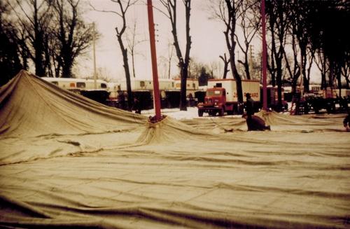 Montage du cirque Zoo Jean Richard en 1957