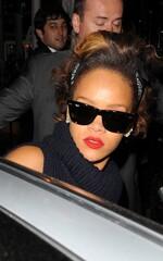 Rihanna quitte un restaurant à Londres