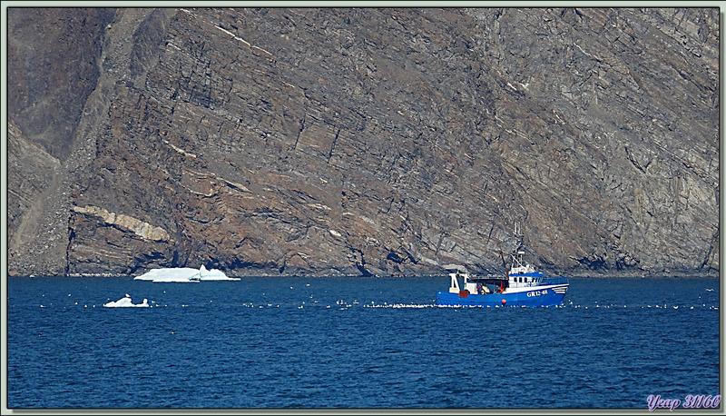 Le repas est vite avalé afin de profiter de la navigation, et je revois le petit bateau de pêche qui retourne à son très lointain port d'attache - Karrat Fjord - Groenland