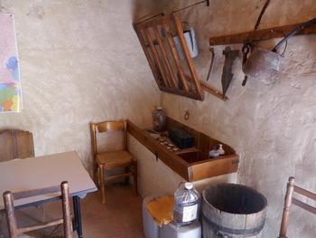 L'intérieur du cabanon Sara, côté cuisine (on ne voit pas la cheminée)