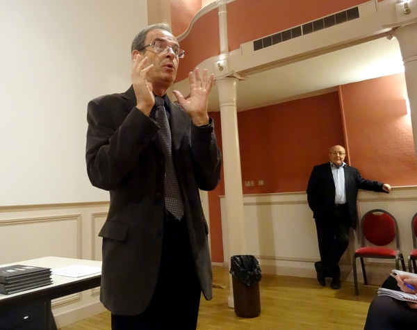 """Michel Lagrange a remis son manuscrit """" Leçon de paysage en hommage à la ville de Châtillon    sur Seine"""" à Hubert Brigand, maire de la ville"""