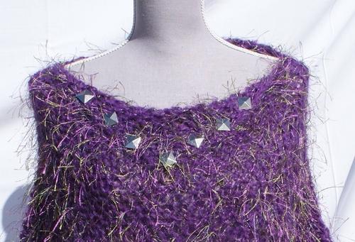 Poncho en laine violet à poils verts et clous métal