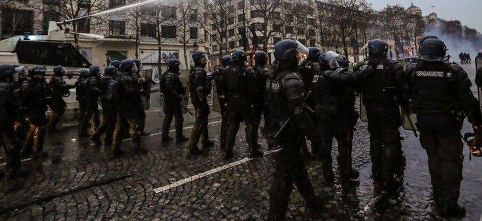 """Gestion des """"gilets jaunes"""" : la France s'est-elle inspirée de l'Algérie ?"""