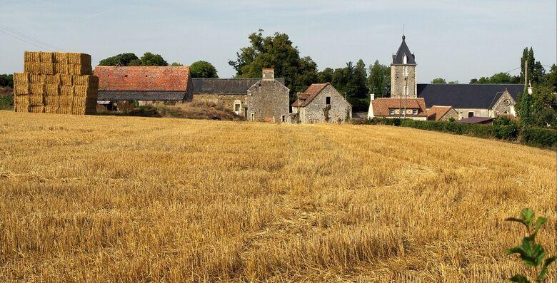 Partie du village et son église.