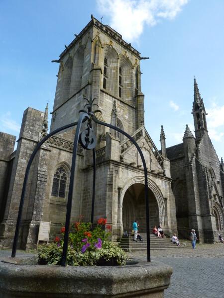 Locronan (Le puits et l'église)
