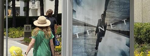 """L\'affiche publicitaire annonçant la sortie du film \""""Tenet\"""" deChristopher Nolan, le 27 juin 2020, à Los Angeles."""