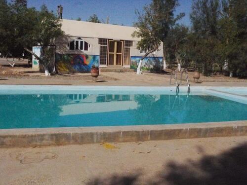 Les chambres se reflètent dans la piscine