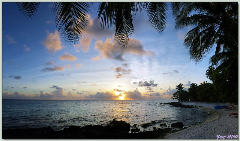 Coucher de soleil sur le lagon, plage du Raira Lagon : à 17 h 50 mn - Rangiroa - Tuamotu - Polynésie française