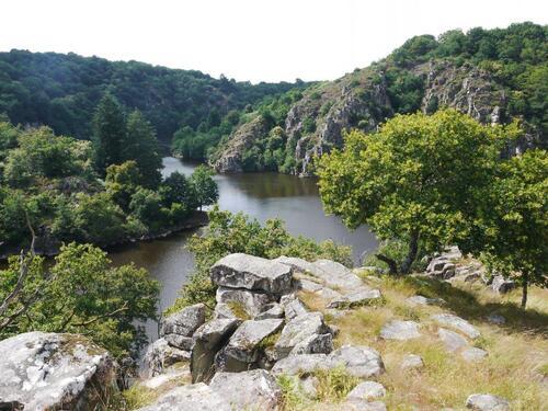 Le confluent de la Creuse et de la Sévelle face aux rochers de la Fileuse