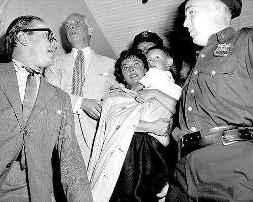 Ruth Roman et son fils ,rescapés d'un nauvrage.