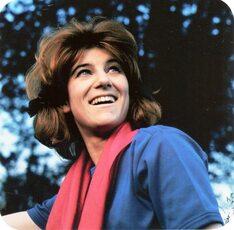 1963 : Sheila joue à la belle jardinière !