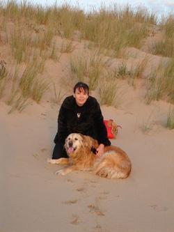 Ma brave golden et moi sur au pied des dunes