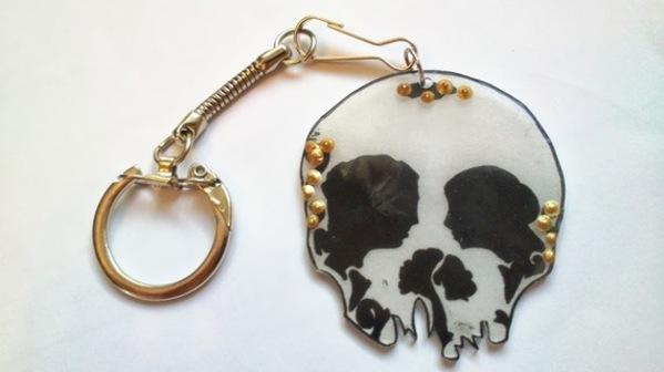 Sympathiques porte clefs en plastique dingue tête de mort