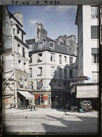L'angle des rues Saint-Jacques, Galande et Saint-Julien-le-Pauvre par Stéphane Passet ©Musée Albert-Kahn - Département des Hauts-de-Seine