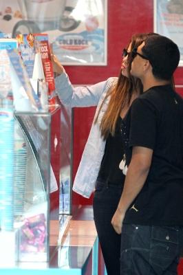 Le 17/07/12 Selena fait du shopping à Paddington