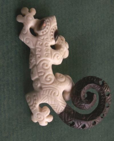 Blog de usulebis :Usulebis ,Artisan créateur de bijoux polynésiens , contact : usulebis@hotmail.fr, pendentif Margouillat 03 'en os et ebene'