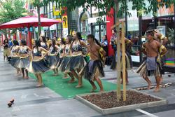 MARIBOR danse dans le hall de la gare routière