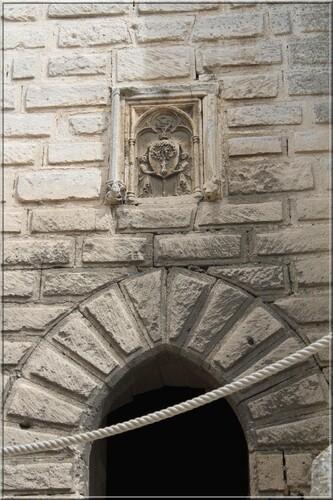 Abbaye de Montmajour Extérieurs Tour Pons de l'Orme entrée et blason de l'abbé