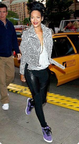 Rihanna porte des sneakers violettes
