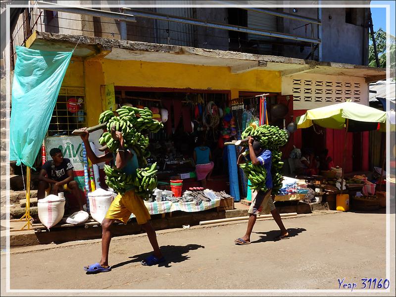 Dans les rues de Hellville : des marchands et des chalands - Nosy Be - Madagascar