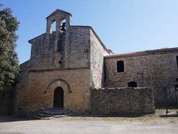 La façade de la chapelle. Remarquer le clocher dissymétrique où ne subsiste qu'une seule cloche