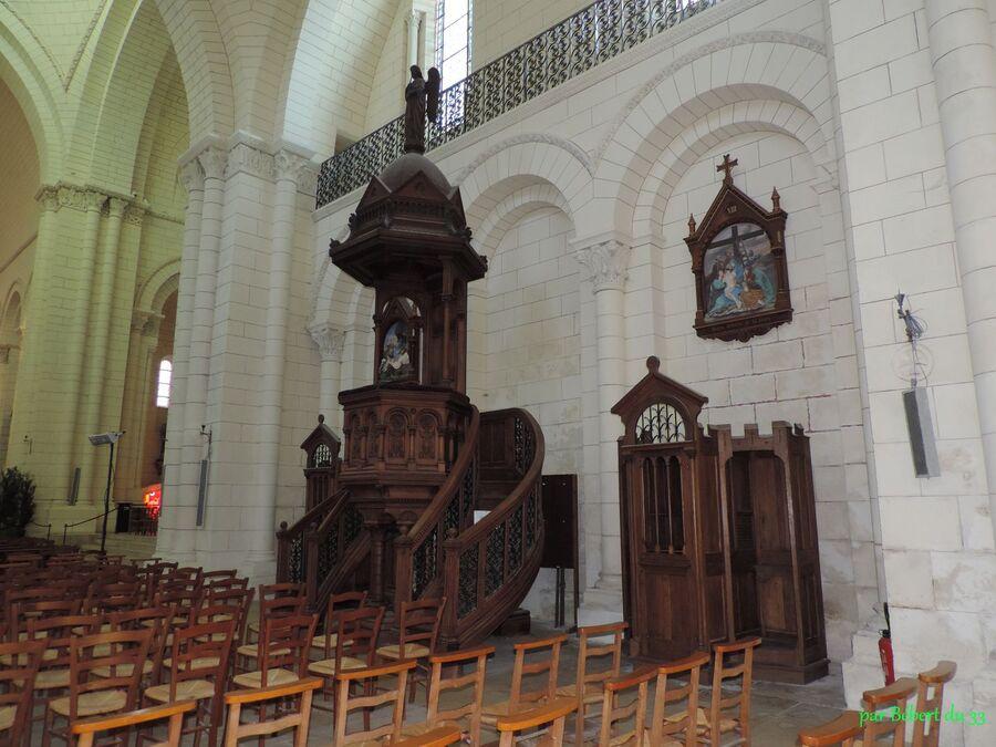 l'intérieur de la cathédrale d'Angoulême