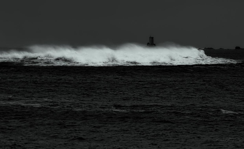 Le phare des Triagoz se dresse sur la roche de Guen-Bras, au centre du plateau des Triagoz dans les Côtes-d'Armor. Il a été inscrit monument historique par arrêté du 31 décembre 2015. Le bâtiment est une tour carrée en granit rose de Ploumanac'h avec saillie semi-circulaire sur le côté. Il a perdu sa lanterne en 1981, lors de l´électrification et de l´automatisation de son feu