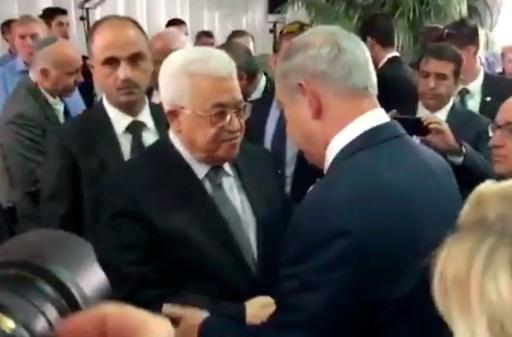 Capture d'écran d'une vidéo fournie par le porte-parole du Premier ministre israélien, de la poignée de mains entra Mahmoud Abbas et Benjamin Netanyahu lors des obsèques de Shimon Peres le 30 septembre 2016 à Jérusalem © HO Israeli Prime Minister's spokesman/AFP