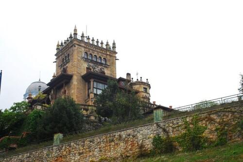 Une tour près de l'Hôtel de luxe Real