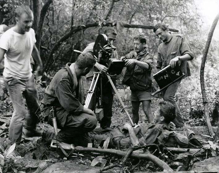 Pierre Schoendoerffer à gauche, Bruno Crémer de dos, Raoul Coutard derrière la caméra et Jacques Perrin allongé pendant le tournage.