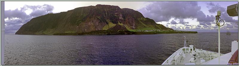 16 mars 2019 : au lever du jour, le Lyrial est ancré devant Edinburgh of the Seven Seas - Tristan da Cunha