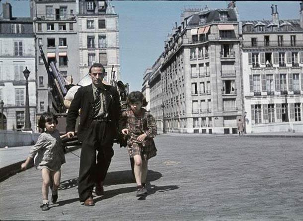 Un habitant sinistré de Noisy-le-Sec tire une charette sur le pont de la tournelle, suite au bombardement du 19 avril 1944