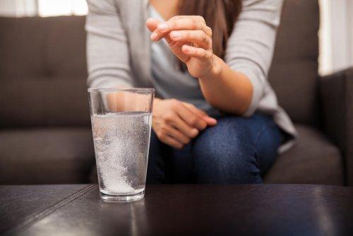 Un antiacide dans un verre d'eau