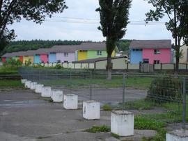 Roumanie, Baìle Félix/ maisons colorées près du parking sécurisé