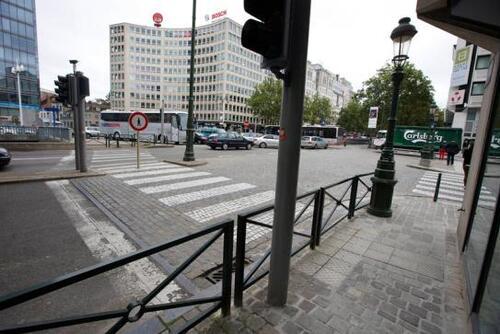Absurdité à Bruxelles: un passage piéton… interdit aux piétons !