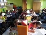 Photographies de la classe pendant le contrôle de grammaire.