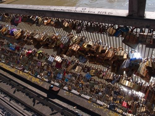 Paris - Les cadenas de la Passerelle Solférino