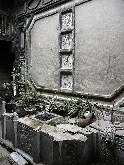 une ancienne fontaine à l'abandon