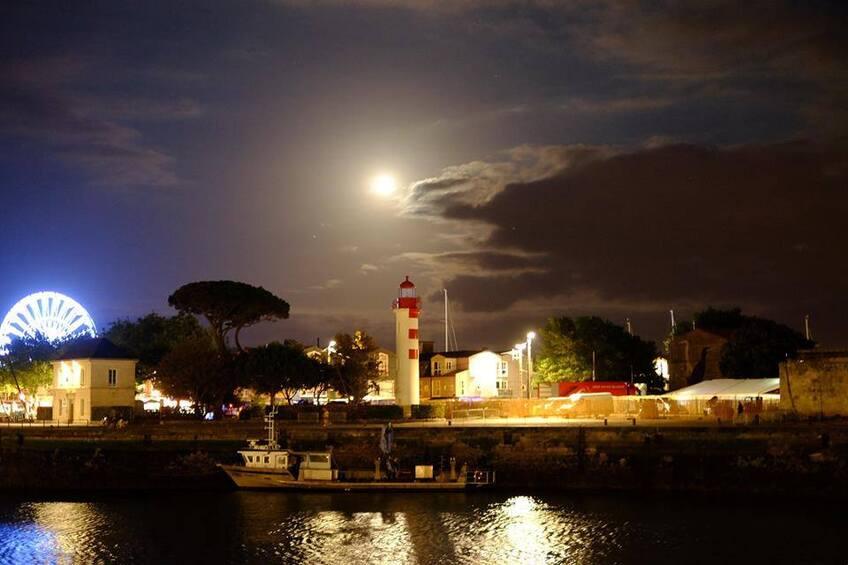 Pleine lune au dessus du port
