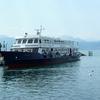 Bateau ferry sur le lac