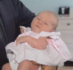 Le couple Baldwin présente leur petite fille.