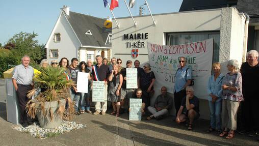 Des membres du collectif Cent pour un toit mobilisés ce matin à Arzano.