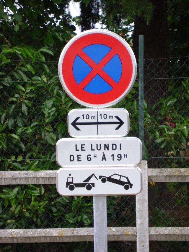 Un panneau très plaisant : « Arrêt interdit », le lundi, allée de Plaisance
