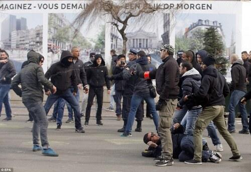 Bruxelles: Une marche blanche prônant la solidarité remplacée par une marche brune nauséabonde